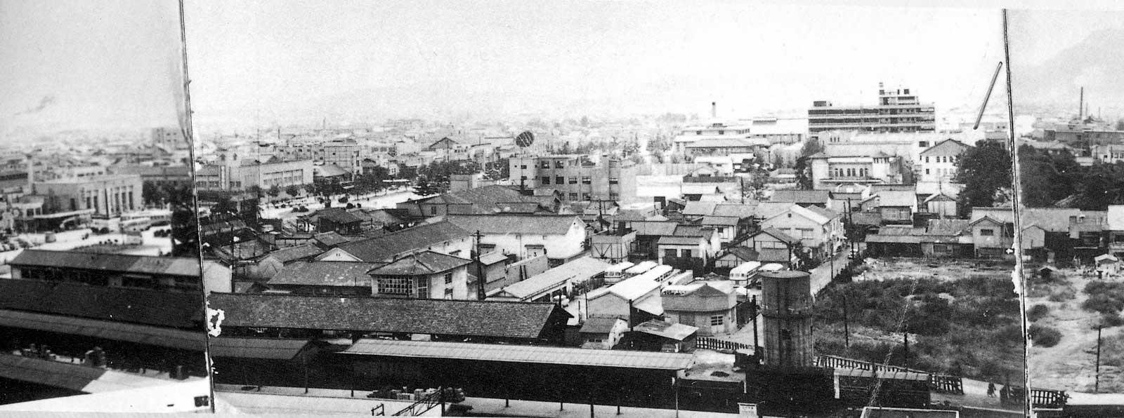昭和35年(1960年) 福山城天守閣から市街地を望む   昭和35年(1960年) 福山城天守